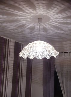 Abat jour em crochet endurecido Decor, Diy Lamp, Doily Lamp, Diy Crafts Hacks, Lights, Lamp Shades, Home Decor Baskets, Victorian Lampshades, Chic Decor Diy
