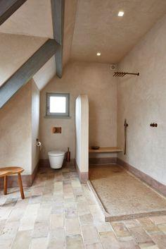 Un intérieur très chaleureux avec le travertin posé en opus romain ...