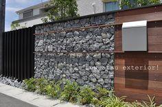 ガビオンで石をいれて、木板でアクセント | 東松エクステリア Japanese Architecture, Interior Architecture, Gabion Wall, Signage Design, Textured Walls, Backyard Landscaping, Wall Design, Fence, Entrance