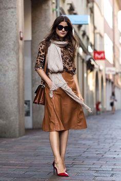 Gostei muito da saia, nem tanto da blusa. Combinação do sapato ficou muito boa.