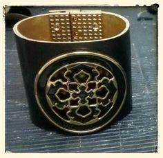 Bracelete Couro preto/dourado Vendas: whatsapp: 317300-4489 http://instagram.com/petalasdemaria  https://www.facebook.com/profile.php?id=100004666594323
