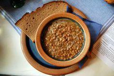 Η σκοπελίτικη σούπα με φακές διαφέρει μόνο στο ότι προσθέτουν και μερικά ξερά ελαφρώς ξινά δαμάσκηνα, από αυτά τα καταπληκτικά που παράγουν στο νησί. Και αν δεν μπορείτε να βρείτε σκοπελίτικα δαμάσκηνα, προσθέστε τα κοινά.