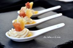 Mousse de queso con peras caramelizadas y jamón - Una italiana en la cocina Mousse, Appetizers Table, Canapes, Sin Gluten, Queso, Christmas Time, Spoon, Catering, Sandwiches