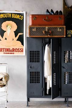 How to give an industrial touch to the decoration with advertising posters - Home Design & Interior Ideas Industrial Lockers, Metal Lockers, Industrial Chic, Industrial Furniture, Vintage Furniture, Furniture Design, Industrial Storage, Vintage Industrial, Vintage Lockers