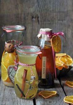 Szybkie nalewki świąteczne. Trzy przepisy: 1)Nalewka miodowo-cytrynowa; 2)Nalewka śliwkowa z whisky; 3) Nalewka pomarańczowa. Nie wymagają bardzo długiego czasu leżakowania. Christmas Food Gifts, Xmas Food, Fruit Recipes, Cooking Recipes, Homemade Wine, Homemade Playdough, Polish Recipes, Smoothie Drinks, Dessert Drinks