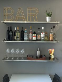 apartment kitchen 13 apartment decoration ideas you can easily copy! Get this kitchen bar idea, DIY apartment bar idea, apartment decoration on a budget, apartment kitchen, college a Diy Home Decor Rustic, Home Bar Decor, Kitchen Decor, Diy Home Bar, Mini Bar At Home, Basement Kitchen, Diy Kitchen, For The Home, Home Bar Signs