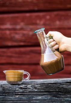 Kannussa suklaakastike, kaatimessa kinuskikastike. #kinuskikastike #suklaakastike #herkku #resepti #jäätelökestit