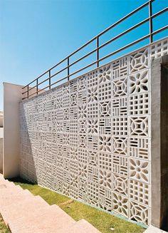 Cobogós sempre cumprem uma função decorativa, e há algumas opções de blocos de concreto que compõem verdadeiras estampas. Em diferentes padr...