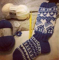 Neulojat loihtivat nyt upeita mökkisukkia! Katso kuvat versioista ja poimi ideoita | Kodin Kuvalehti Christmas Stockings, Christmas Sock, Knitting Socks, Leg Warmers, Fingerless Gloves, Mittens, Knitting Patterns, Diy Crafts, Hats