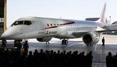 三菱重工業と傘下の三菱航空機(名古屋市)は18日、開発と製造を手がけるジェット旅客機「MRJ(三菱リージョナルジェット)」の飛行試験用機体を完成させ、初めて公開した。プロペラ機「YS…
