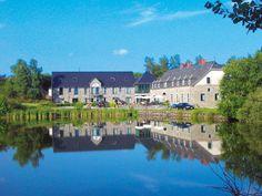Hotel Moulin de Boiron is een uniek en rustig gelegen driesterrenfamiliehotel tussen twee meren op een domein van 31 ha met slechts 21 kamers en een zeer gemoedelijke sfeer. Het hotel ligt in een natuurgebied, in de zuidelijke Ardennen en leent zich uitstekend voor het maken van wandelingen en fietstochten. Op nog geen 100 m begint een uitgestrekt bosgebied met veel wild. Het maakt deel uit van het mooie natuurgebied Croix Scaille, dat gedeeltelijk in Frankrijk ligt. Officiële categorie ***