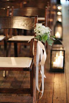 Décoration chaises: chaises simples avec ruban et fleurs Baby's Breath & Lanterns Wedding aisle décor