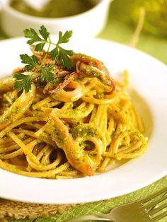 Spaghetti with pistachio pesto with squid Italian Pasta Recipes, Best Italian Recipes, Calamari Recipes, Seafood Recipes, Pasta Con Calamari, Risotto Cremeux, Pistachio Pesto, Pasta Dishes, Healthy Eating