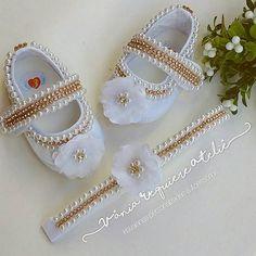 Lindos sapatinhos de luxo para princesinhastodos bordados à mão com muito carinho ❤! Uma peça indispensável para as mini divas! Informações no direct ou no whatsapp (28)999880947. #sapatinhosdeluxo #sapatinhoscustomizados #sapatinhosdebebe #sapatinhosdecorados #batizado #festa #perolasestrass #princesa #mamaedemenina #maedemenina #minidivas