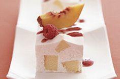 Carrés glacés à la pêche -----------------------------Ces carrés éclair combinent deux desserts populaires : le gâteau et la crème glacée.