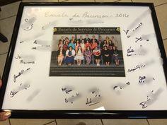 Put your pioneer class pic in a signed frame.  Ponga su photo de la escuela de precursores en un cuadro firmado por sus alumnos.