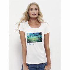 Sehr schönes Woman T-Shirt in white mit Wellen die schallen zum Sonnenuntergang als Motiv. Das zu 100% aus Bio-Baumwolle ringgesponnene Damen-T-Shirt von Stelle Loves ist mit einem klassischen U-Boot-Rundhalsuusschnitt und einem schmalen Kragen aus 1x1  Rippstrick versehen. Zudem besitzt dieses hochqualitative T-Shirt ein Nackenband;, die Nähte an Saum und Ärmeln sind verdeckt. Das Produkt ist 120 g/m² leicht. Bitte beachten Sie die Pflegehinweise auf www.ajz-shirts.de.