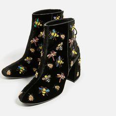 Bottines en velours de couleur noire. Verroteries en forme d'insectes brodées sur la chaussure de Zara A/H 2016