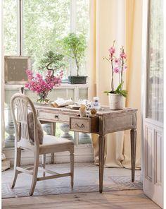 #excll #дизайнинтерьера #решения В таких интерьерах редко проводят капитальные ремонты, а если и их и делают, то стараются максимально себеречь старинный характер жилья. Деликатная мебель, отреставрированные элементы интерьера придают ему неописуемую романтичность.