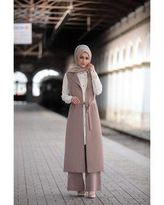 Beautiful hot beautiful and Sexy Babes! Turkish Fashion, Iranian Women Fashion, Islamic Fashion, Dress Muslim Modern, Muslim Dress, Abaya Fashion, Modest Fashion, Fashion Outfits, Hijab Style Dress