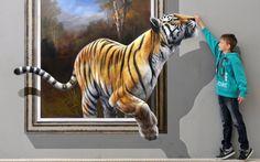 """Dustin posa ao lado de uma obra de arte representando um tigre e criado em uma técnica especial 3D por um grupo de artista chinês-coreano em 27 de junho de 2013, a exposição """"Du bist die Kunst"""" (Você é a arte!) No Palácio Augustusburg em Augustusburg perto Chemnitz, Alemanha Oriental.  Os visitantes são convidados a tirar fotos de si mesmos interagindo com a arte e para compartilhar os resultados nas redes sociais.  O show está sendo executado até 10 de novembro de 2013.  (Foto de Hendrik…"""