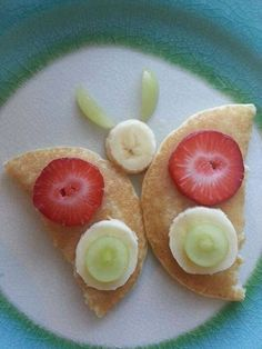 Creative Ideas to Serve your Kid's Meals! Food Crafts, Food Presentation, Kid Friendly Meals, Butterfly Snacks, Easy Food Art, Fun Food, Pancake Breakfast, Fun Snacks For Kids, Food Art For Kids