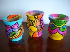 Resultado de imagen para mates pintados Painted Pots, Pebble Painting, Pretty, Plates, Crochet, Happy, Furniture, Craft, Pointillism
