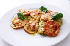 """Und wieder muss ich anfangen zu schwärmen. Dieses Rezept ist sowas von easy umzusetzen und schmeckt einfach göttlich. Für die Vegetarier habe ich leider hierfür keine Alternative. Falls euch eine einfällt, schreibt sie doch gern unter diesen Blogeintrag! Das Grüne Pesto habe ich gekauft und nicht selbst zubereitet. Zu der Hähnchenbrust """"Italia"""" schmeckt Reis oder Salat sehr gut. Viel Spaß beim Ausprobieren! Und natürlich bin ich wie immer auf euer Feedback gespannt :) Die Zutaten (f..."""