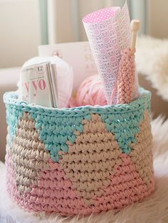 Cesta Tapestry de Crochet tejida a mano con Trapillo от SusiMiu korb textilgarn Tapestry Crochet basket woven by hand with Trapillo Basket Weave Crochet, Knit Basket, Basket Weaving, Crochet Baskets, Crochet Home, Diy Crochet, Crochet Storage, Yarn Projects, Crochet Projects