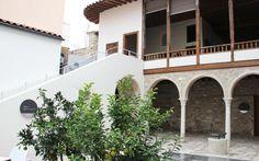 Εντός Μαρτίου, τα εγκαίνια ενός νέου μουσείου στην Αδριανού. Σε ένα σύγχρονο βιωματικό μουσείο, με την απαραίτητη τεχνολογία και ψηφιακές οθόνες, θα έχουν την ευκαιρία να ξεναγούνται οι επισκέπτες. Athens, Mansions, House Styles, City, Home Decor, Decoration Home, Manor Houses, Room Decor, Villas