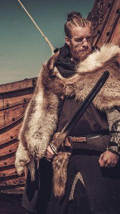 Viking warrior with furs Viking People, Viking Men, Viking Beard, Viking Warrior Men, Armor Clothing, Viking Clothing, Historical Art, Historical Clothing, Vikings Tv