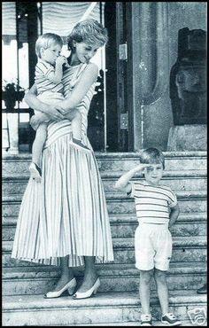 La Princesa Diana de Gales combinando el look con el de los príncipes William y Harry.