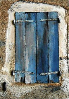 Une petite fenêtre aux volets bleus délavés et fermés - création VM d'après une photo au 1/1 du net Fairytale Cottage, Fairy Tales, Miniatures, Inspiration, Home Decor, Blue Shutters, Screen Doors, Cabins, Puertas