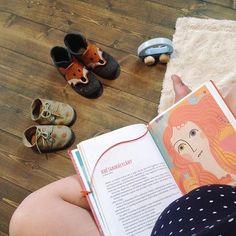 """Mikor kezdődik a nevelés?  61 ok hogy miért olvassunk a legkisebbeknek is (Új a blogon) """"Tény hogy születésükkor már felismerik apa-anya hangját. Tény hogy agyi aktivitásuk bizonyítja: emlékeznek a mondókákra mesékre amiket odabent hallottak. És az is tény hogy jelentősen magasabb azoknak a gyerekeknek az intelligenciája akiknek naponta 15 percet olvasnak. Mi tehát a kérdés? Hogy mikor kezdjük? Nekem meggyőződésem volt már az első várandósságom alatt hogy ahogyan minden ami történik velem… Birkenstock Boston Clog, Clogs, Clog Sandals"""