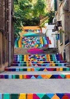 El street art está de moda. Lo que comenzó como un mero acto de rebeldía penado por ley -aún hoy se persigue-, cada vez más se entiende como una reputada forma de arte. Los muros se quedan pequeños para tanto artista, ¿y por qué no pasar el suelo? Aprovechando la arquitectura y el mobiliario urbano, muchos autores hacen de lo cotidiano una obra de arte. Una escalinata se convierte así en un lienzo idóneo para ilusiones ópticas y masivos golpes de color. Estas son diez de las escaleras más…