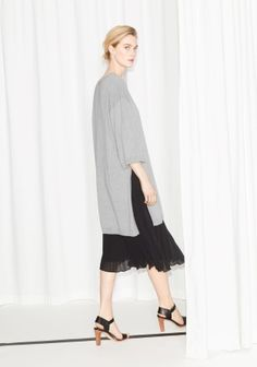 Knitted from soft cotton, this chic dress features a round collar, short wide sleeves and a subtle cocoon shape.