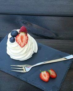 Marengsreder med vaniljeskum og frisk frugt Muffins, Pudding, Hygge, Recipes, Muffin, Puddings, Avocado Pudding, Recipies