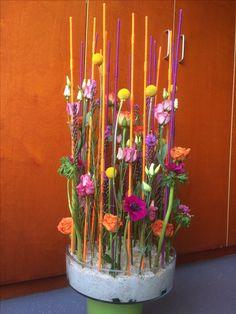 Parallel bloemstuk Small Flower Arrangements, Flower Arrangement Designs, Flower Designs, Church Flowers, Love Flowers, Spring Flowers, Deco Floral, Arte Floral, Floral Design