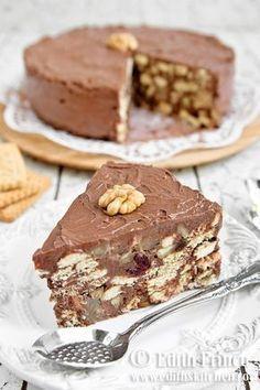 Tort de biscuiti - reteta clasica, cu biscuiti imbracati in crema delicioasa de unt cu zahar si cacao.