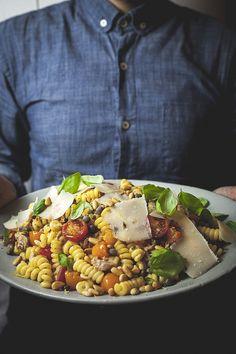 Ingrédients Huile d'olive Ail émincé Câpres Tomates raisins Thon en boîte égoutté Basilic frais effeuillé Zestes et jus de citron Pâtes cuites Copeaux de parmesan Noix de pin rôties Piment broyé Sel et poivre du… Read More