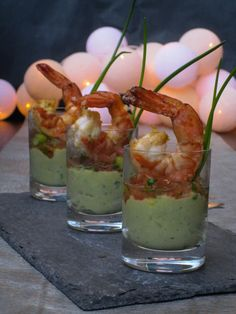 Festive Friday: Feesthapje van avocado en scampi   lieziepeasy Diner Recipes, Seafood Recipes, Cooking Recipes, Catering, Cold Appetizers, Christmas Dishes, Snacks Für Party, Xmas Dinner, Appetisers