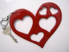Llavero de corazón con corazones!!!. Madera pintada a mano  www.facebook.com/KyoskoColombiano