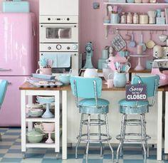 Tons pastéis em cozinhas Candy colors. A cara do Retro Vintage. 38 cozinhas Candy! Banquetas antigas e acessórios retrô compõem este ambiente