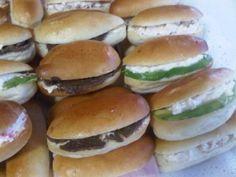 Mixgetränk Tafelgeschirr 2019 Bankette Minichurrascos Empanaditas P Pisco Sour, Chefs, Canapé Simple, Canapes, Cocktail, Bagel, Hamburger, Buffet, Bread