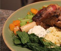 Jarret d'agneau braisé à la bière Guiness, couscous aux raisins, menthe et aneth, crème fraîche. Absolument délicieux et réconfortant!