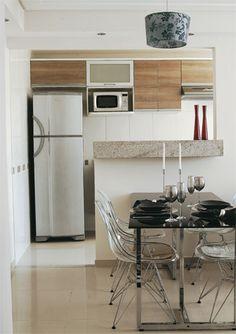 cozinha com armarios em tom de madeira, vista de outro angulo
