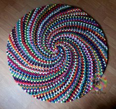 Discover thousands of images about Round Spiral Felt Ball Rug. Homemade Rugs, Rope Rug, Felt Ball Rug, Braided Rag Rugs, Crochet Rug Patterns, Old Towels, Fabric Rug, Idee Diy, Weaving Projects