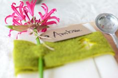 Kerst DIY: Tafelschikking met bloemige servetring. www.mooiwatbloemendoen.nl/kerst-diy-bloemen-op-je-bord-en-op-tafel #Kerst #Christmas #Bloemen #Flowers