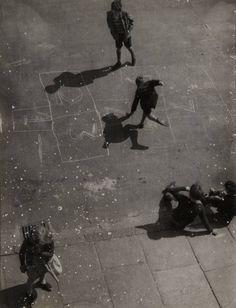 nigel henderson(1917-85), chisenhale road, 1951. photograph, black and white, on paper, 21.5 x 16.5 cm. tate gallery, london, uk http://www.tate.org.uk/art/artworks/henderson-chisenhale-road-p79313