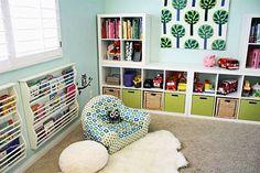 Veja o uso do espaço vertical para guardar revistas e brinquedos, deixando o máximo de área livre para a criança brincar